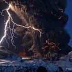 Cendres et éclairs au-dessus d'un volcan islandais