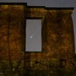 La comète Lovejoy dans les ruines du château de Mörby