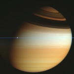 En traversant le plan des anneaux de Saturne
