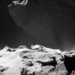 Une falaise émerge de la nuit
