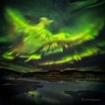 Un Phénix d'aurores polaires sur l'Islande