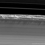 Ombres en pales d'hélice sur les anneaux de Saturne