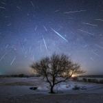 Etoiles filantes sur la rivière du Dragon Noir - Cette image superposant les trajectoires de 48 météores de la pluie d'étoiles filantes des Géminides permet de bien comprendre la position du radiant