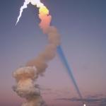 Le panache de fumée de la navette pointe vers la Lune