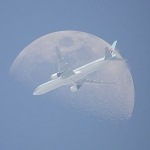 Un avion devant la Lune