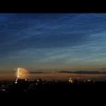 Nuages noctulescents au-dessus des feux d'artifice de Paris
