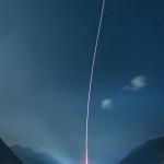 Lancement d'une fusée entre les montagnes