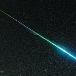 L'arc-en-ciel d'un météore des Géminides - Les météores peuvent être colorés mais l'oeil humain ne peut en saisir les nuances qui dépendent de leur composition, il faut donc recourir à la photographie