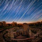 Filé d'étoiles et lever du soleil de l'équinoxe