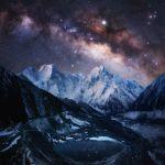 La voie lactée sur les neiges éternelles de l'Himalaya