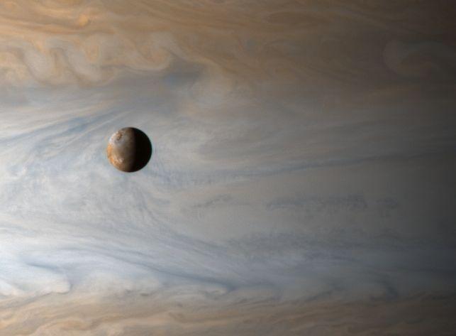 Io : une Lune survole Jupiter