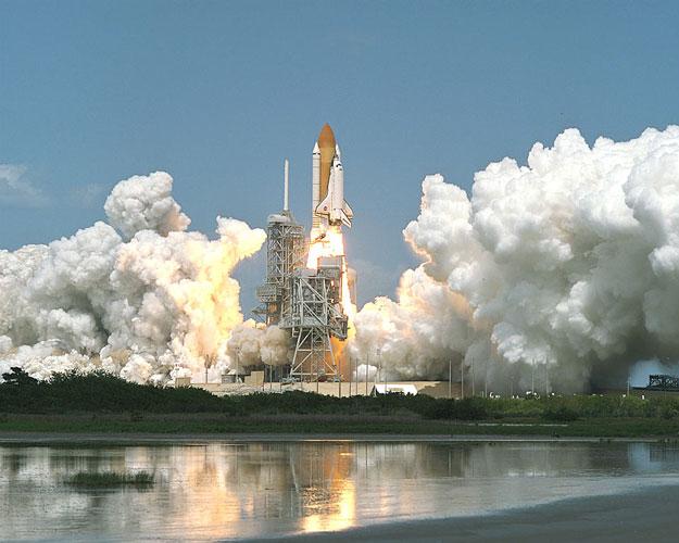 La navette spatiale décolle vers la station spatiale