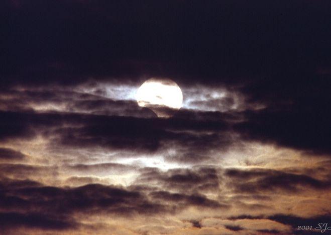 Eclipse partielle, journée nuageuse
