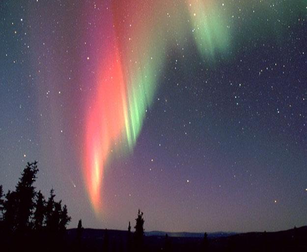 Une comète et une aurore au-dessus de l\'Alaska