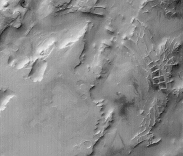 Arêtes rectangulaires sur Mars