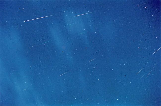 Les étoiles filantes entre les étoiles et les nuages
