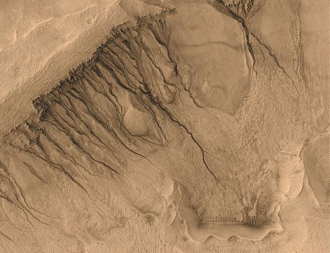 D\'inhabituelles rigoles et canaux sur Mars