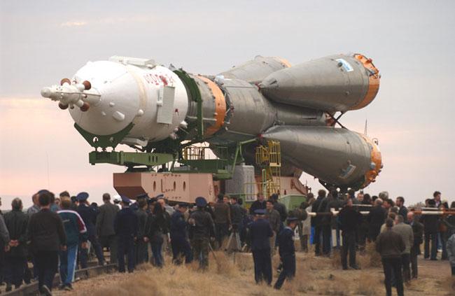 Acheminement d\'un Soyouz TMA-2 au sommet d\'une fusée R7