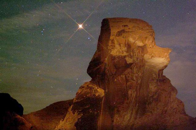 Mars se lève derrière Poodle Rock