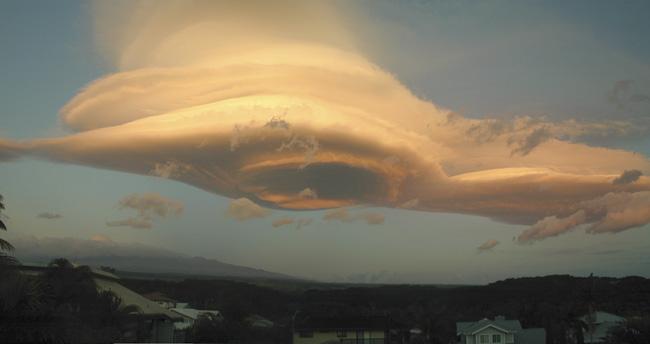 Un nuage lenticulaire au-dessus d\'Hawaii