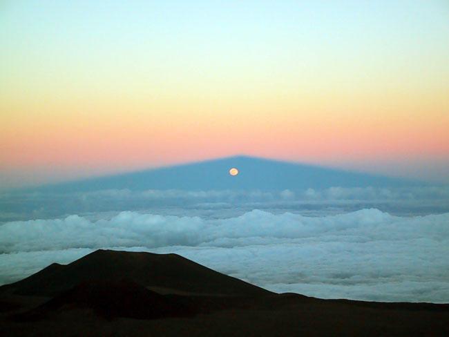 Lever de Lune à travers l\'ombre du Mauna Kea