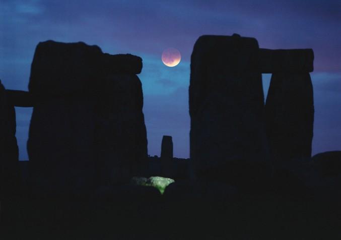 La Lune entre les pierres