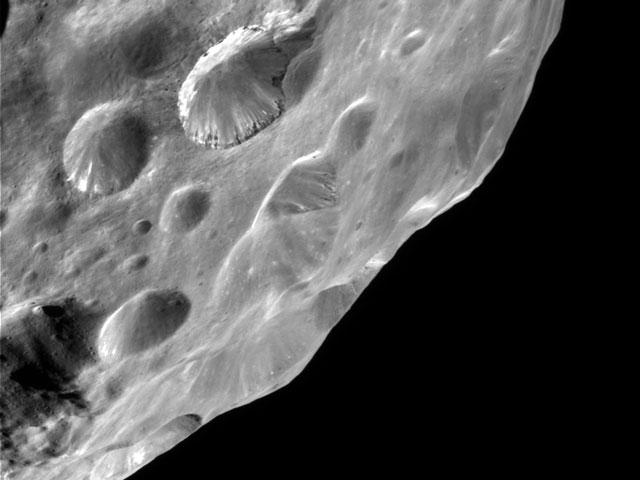 Les étonnantes strates de la lune de Saturne Phoebe