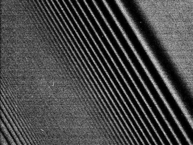 Cassini photographie des ondes de densité dans les anneaux de Saturne
