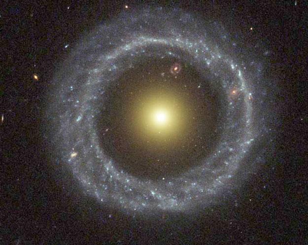 Objet de Hoags: une étrange galaxie anneau