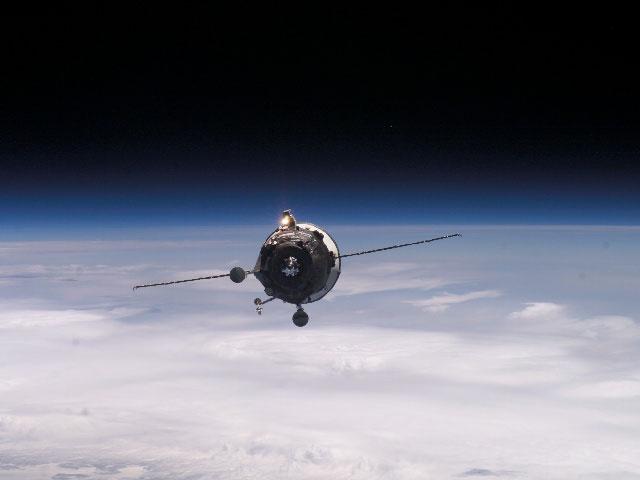 Le vaisseau de ravitaillement approche de la station spatiale