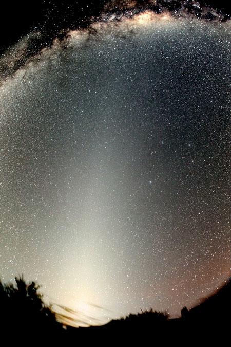 La lumière zodiacale et la fausse aurore