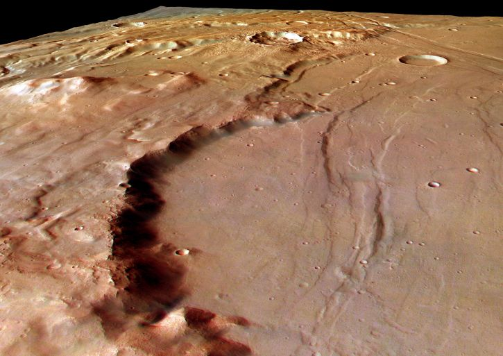 Le rempart d\'un cratère dans Solis Planum