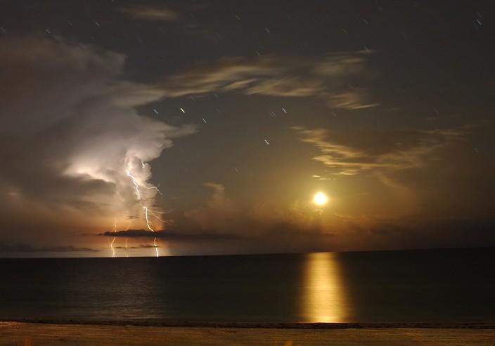 Lune et éclairs