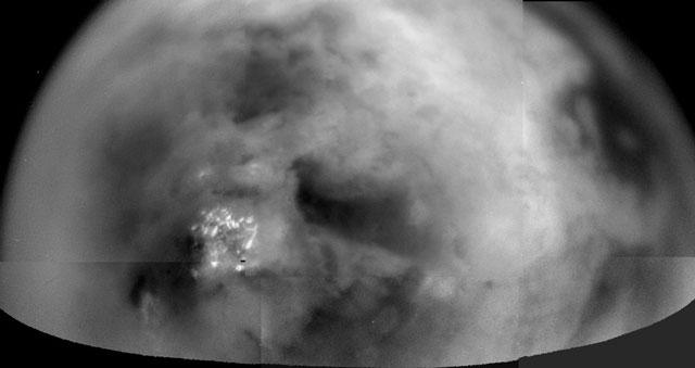 Titan à travers la brume