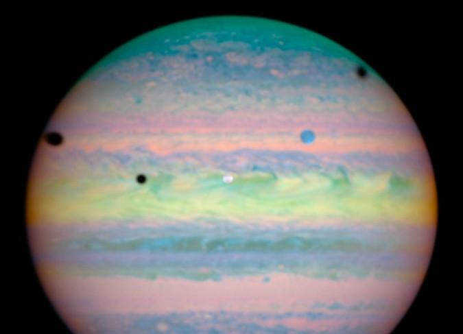 Planète pastelle et triple éclipse
