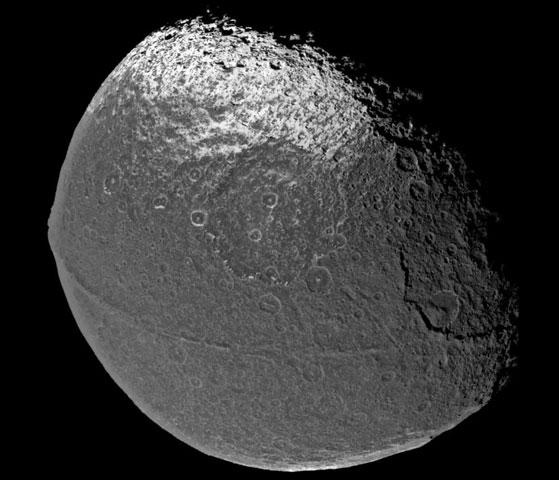 Japet : une lune de Saturne à la surface étrange