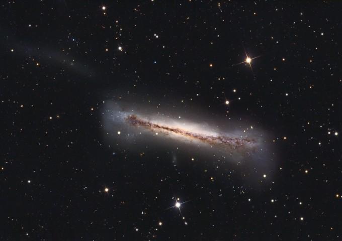 La galaxie NGC3628 vue par la tranche