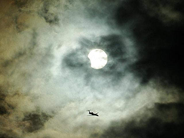 Nuages, avion, Soleil et éclipse
