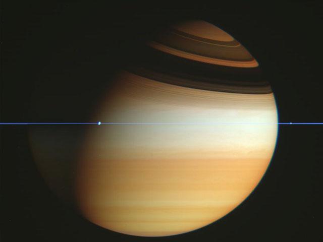 La sonde Cassini traverse le plan des anneaux de Saturne