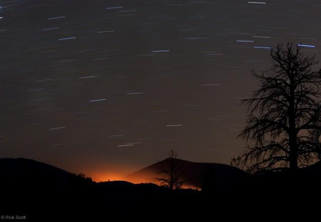 Lueur d\'un feu et filés d\'étoiles à Sunset Crater