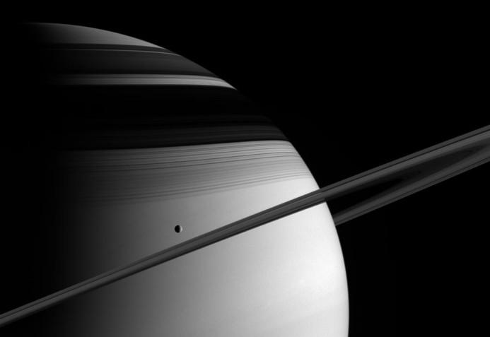 Téthys, les anneaux et leurs ombres