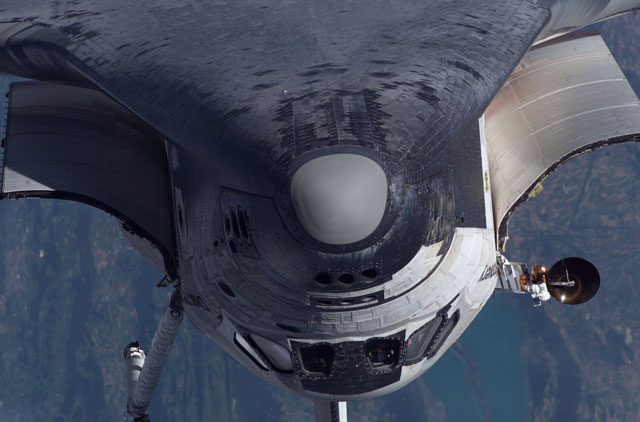 La navette fait un salto arrière vers la station spatiale