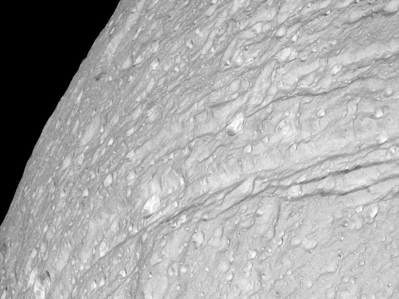 Les falaises de glace cratérisées de Thétys