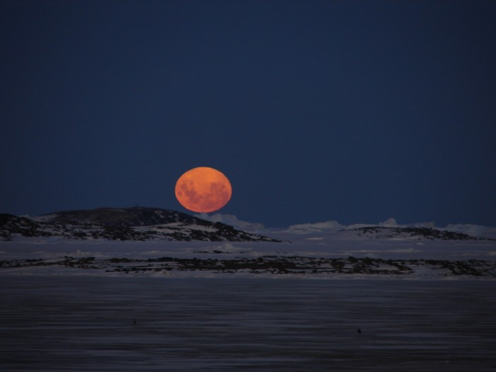 La Lune au-dessus de l\'Antarctique