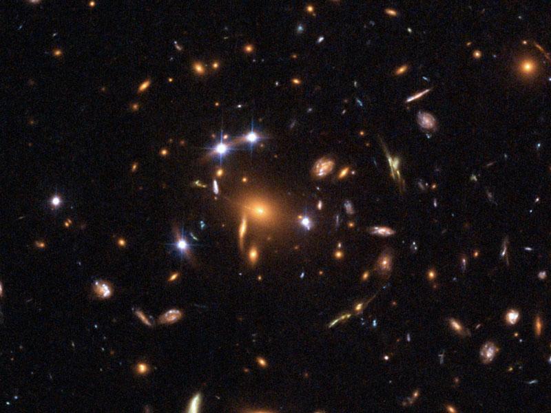 Lentille gravitationnelle à cinq quasars