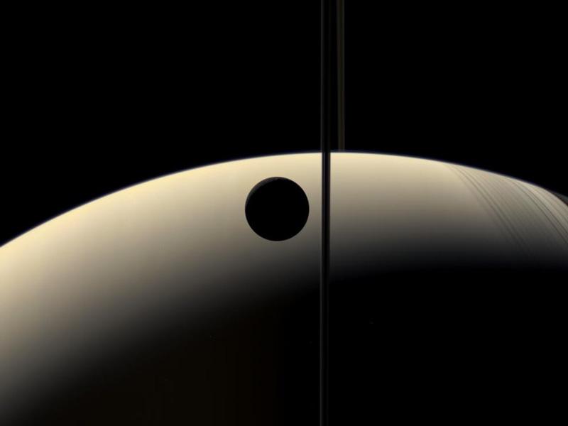 Croissant de Rhéa contre croissant de Saturne