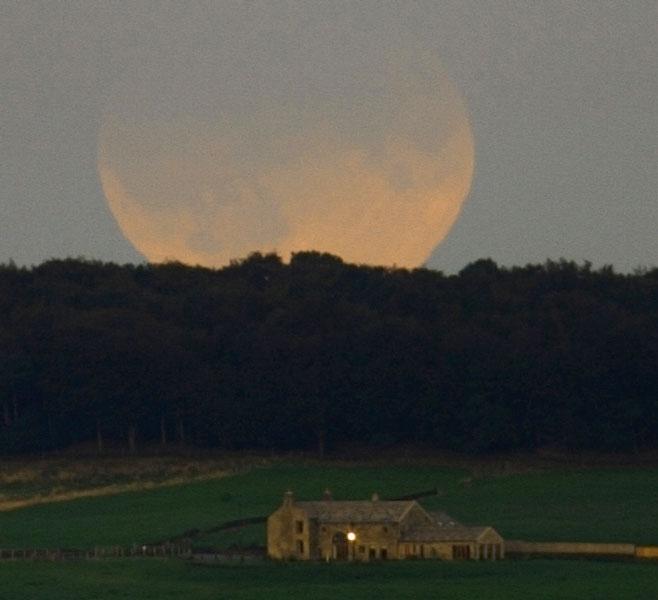 Lune eclipsée au-dessus de l\'Angleterre