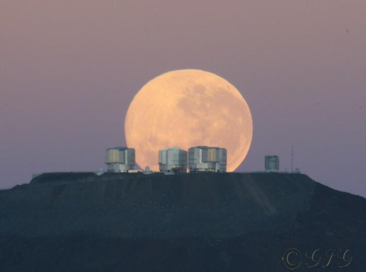 Coucher de Lune sur le Paranal