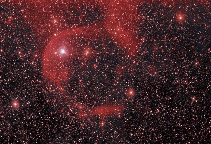 Alpha Cam, une étoile en fuite