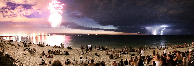 Une comète entre feux d\'artifice et éclairs